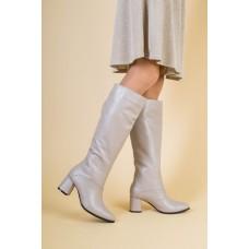 Женские зимние бежевые кожаные сапоги на каблуке